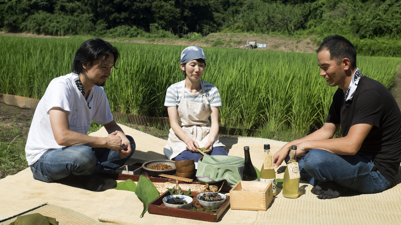 Shinobu Namae picnics amongst rice fields at Terada Honke_2